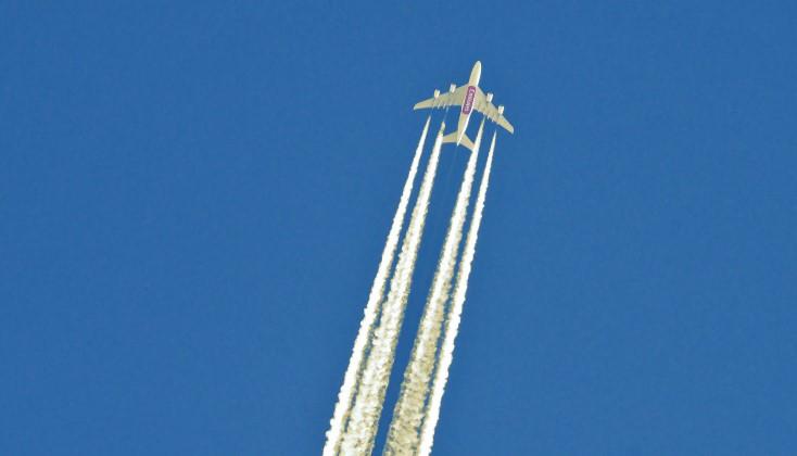Tekstvak: Een vliegtuig laat de typisch witte condens-sporen achter (foto unsplash.com)