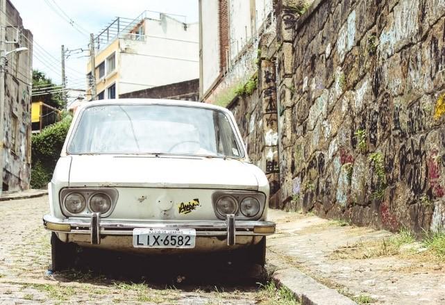 Tekstvak: Oldtimers zien er erg leuk uit, maar zijn vaak ook erg vervuilend. In de toekomst zullen we ze daarom minder vaak op de wegen zien. (foto unsplash.com)